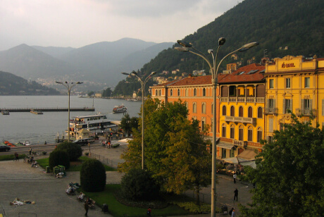Solnedgang over Como by og Piazza Cavour